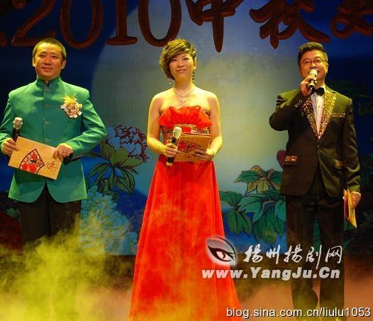 艳与票友合唱的锡剧《双推磨》选段,引发台下的数百名票友合唱.
